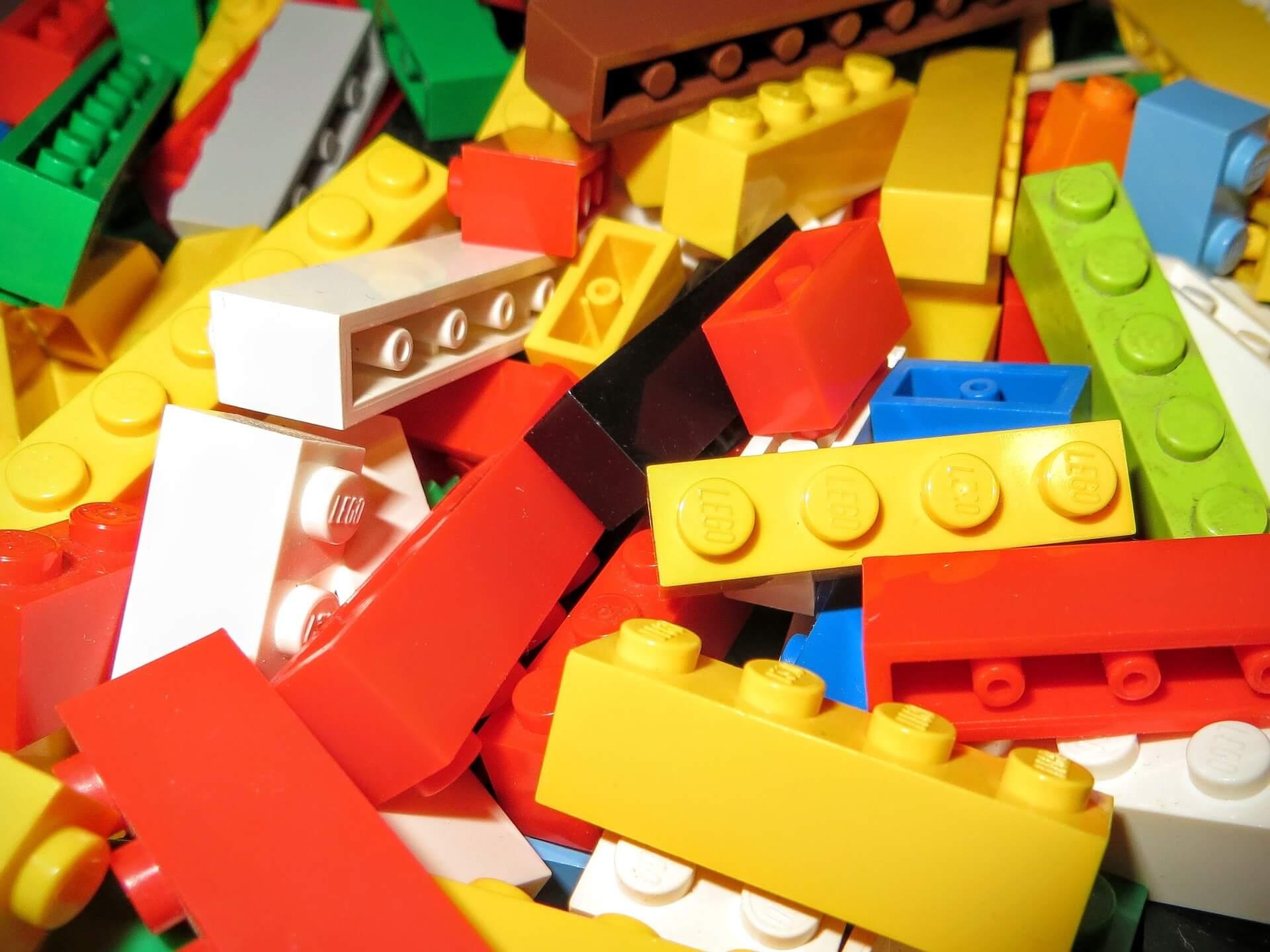 Dlaczego warto kupować dziecku zabawki sensoryczne?